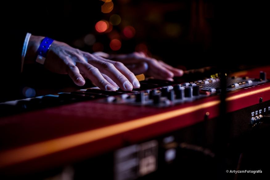 Carlos Espina teclados y coros Midnight Shots Noemie Artycam Fotografia documental música conciertos grupos El Gran Café