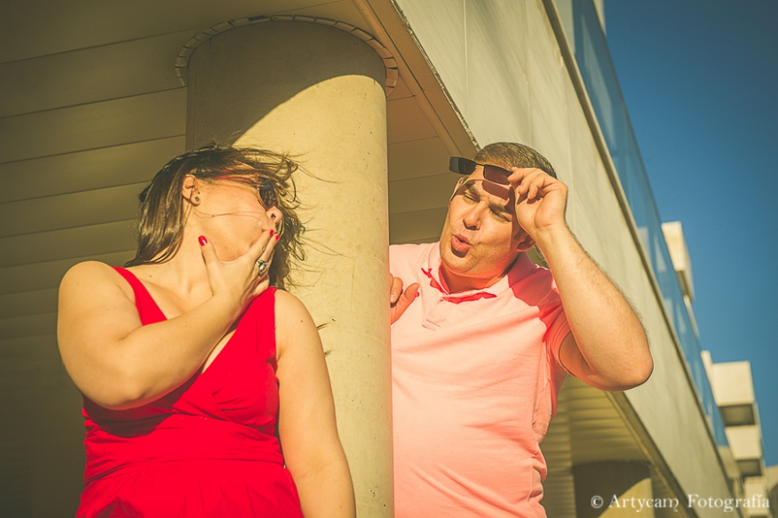 pareja atardecer gafas sol edificio fotografía diferente preboda Artycam León