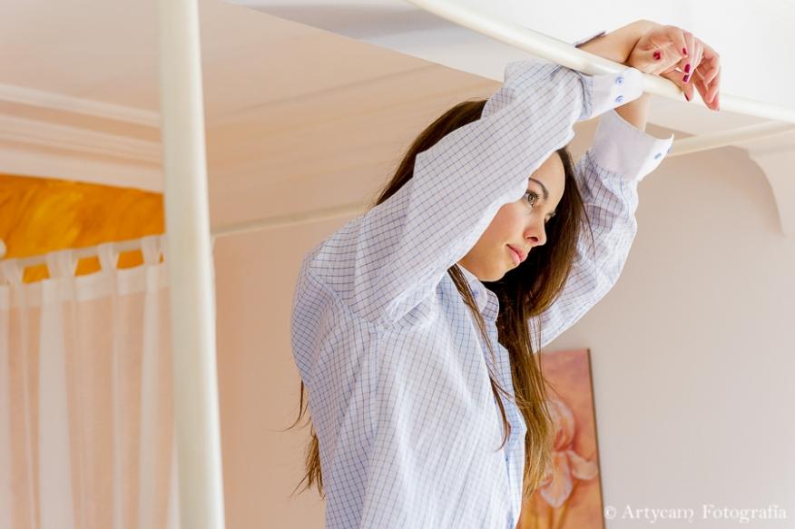 boudoir cama dosel blanca pared naranja chica bella bonita camisa cuadros azules braguitas rosas