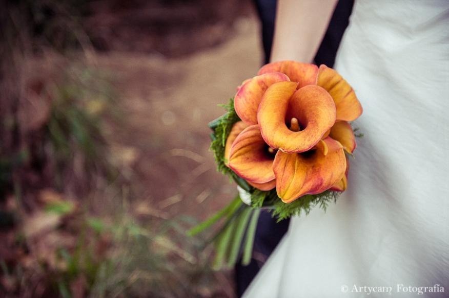 postboda romanticismo ramo de novia calas naranjas bosque campo artycam documental