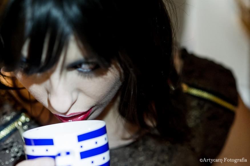 Fotografía artistica glamour mujer taza café