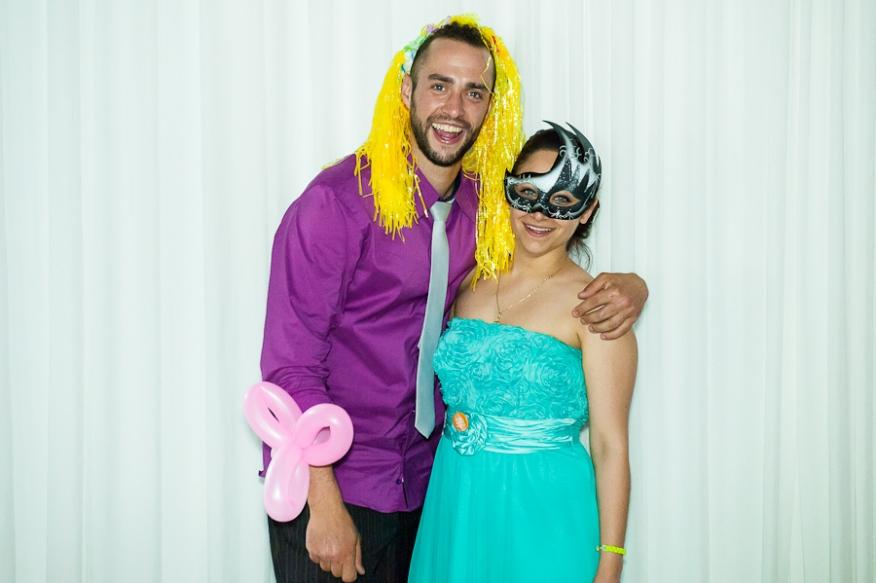 Photocall peluca amarilla máscara veneciana pareja artycam fotografia León