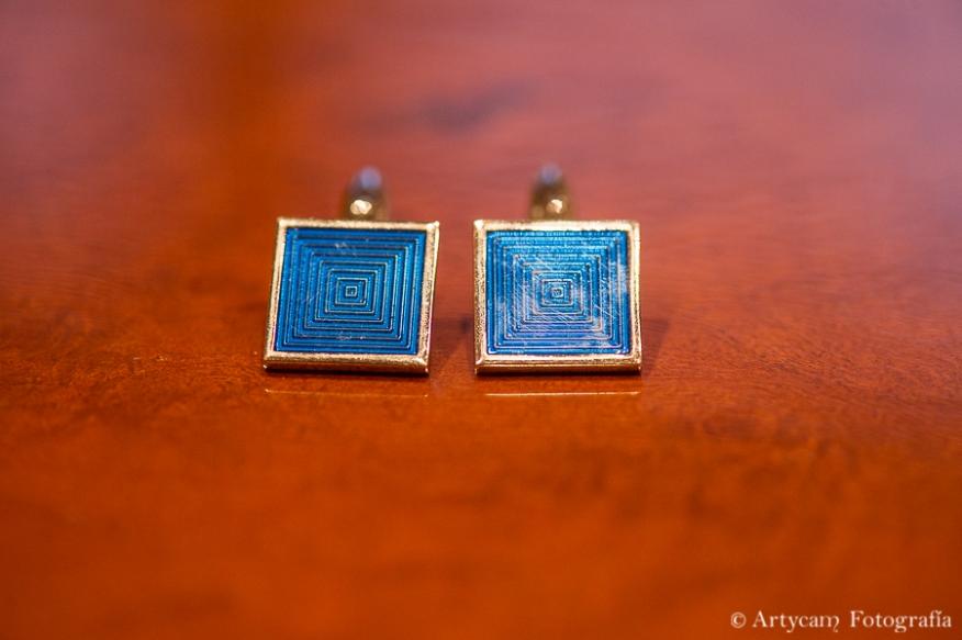 detalle gemelos cuadrados novio laborinto azul Artycam fotoperiodismo de boda Castilla y León