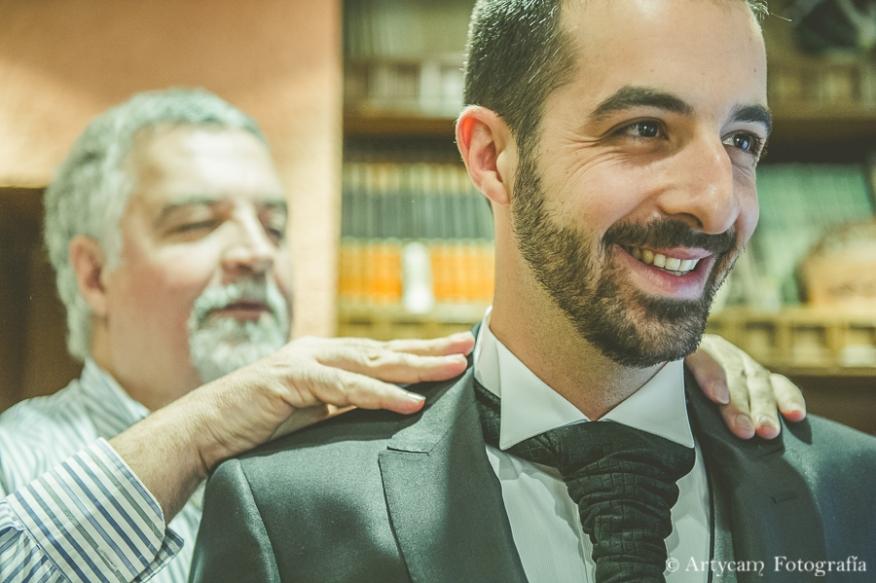 novio vestir primer plano casa padre Artycam fotoperiodismo de boda Castilla y León