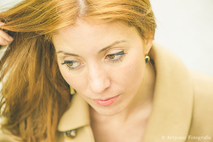 retrato plano detalle rostro chica guapa rubia Musac moda abrigo colores bonitos fotografía León Artycam