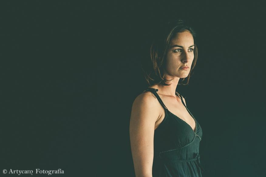 modelo pelo corto moreno colores empastados luz tenue vestido negro