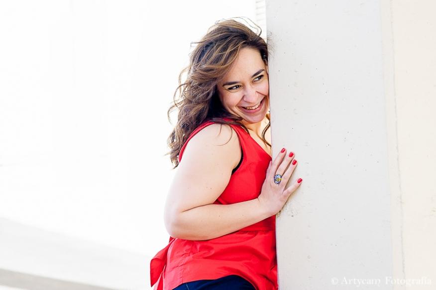 chica alegría rojo columna sonrisa feliz fotografía diferente preboda Artycam León