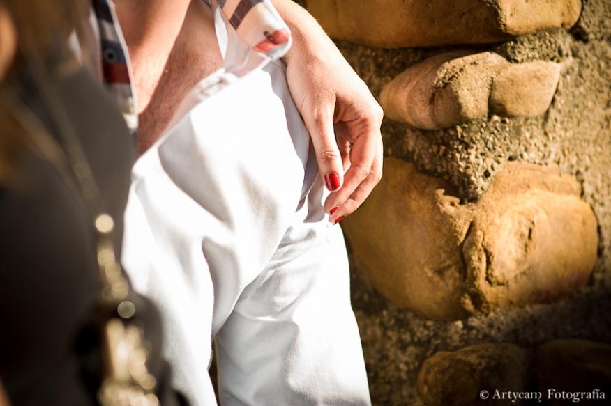 pareja detalle mano uñas rojas piedra Fotografos diferentes León Artycam
