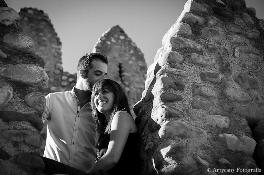 reportaje pareja muralla León Puertamoneda blanco negro beso Fotografos diferentes León Artycam