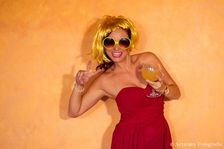 Photocall fondo naranja gafas peluca amarillas artycam foperiodismo nacional León