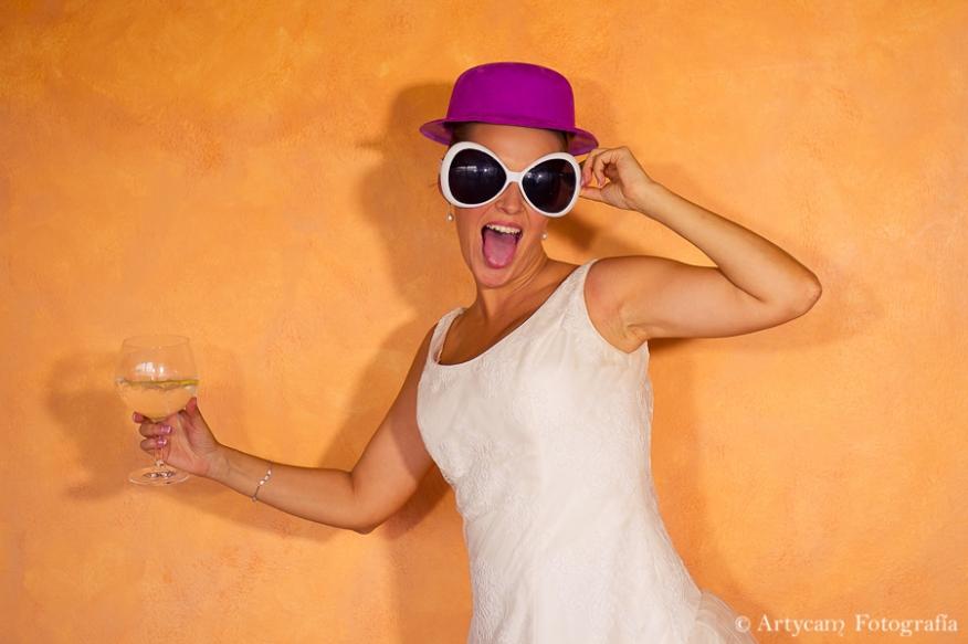 Photocall fondo naranja sombrero morado gafas novia artycam foperiodismo nacional León