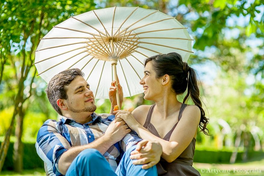 Fotografía sesión en pareja colorido paraguas campo  vestido marrón